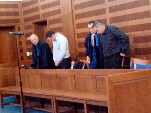 Sedm let vězení udělil soud 30letému Lukáši Tichému za dvě loupeže u náchodského Kauflandu.  Zato Ludvík Vaněk, jehož obžaloba označila za komplice při jedné z loupeží, byl zproštěn obžaloby.