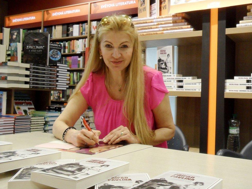 Autogramiáda spisovatelky Martiny Formanové v královéhradeckém knihkupectví Neoluxor.