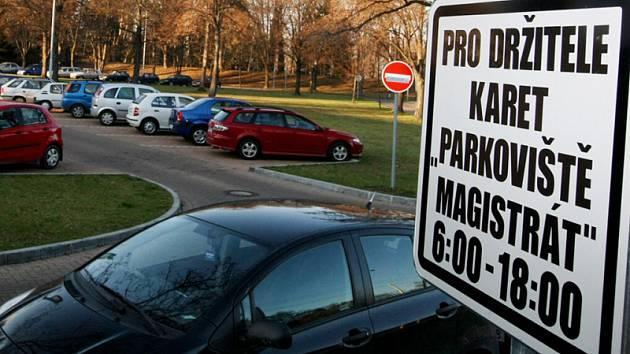"""Parkoviště za magistrátem slouží rovněž jako """"služební"""" plocha pro vozy úředníků"""