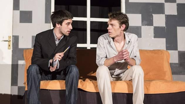 Představení divadla Semtamfór nazvané Past na osamělého muže v hradeckém Country clubu Lucie.
