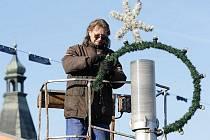 Vánoční výzdobu už v ulicích města rozvěšují pracovníci technických služeb.
