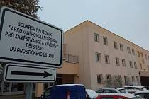 V této budově v Říčařově ulici v Plotištích nad Labem mělo dojít k útoku. Plány mladíků překazili pracovníci ústavu.