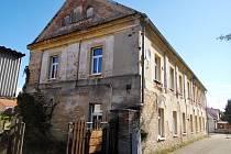 Nevzhledný dům č. p. 183 v obci Černilov.