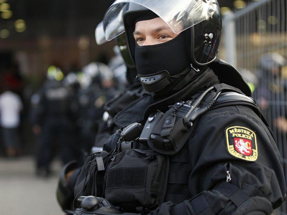 Bezpečnostní opatření v souvislosti s rizikovým hokejovým zápasem mezi Hradcem Králové a Pardubicemi.