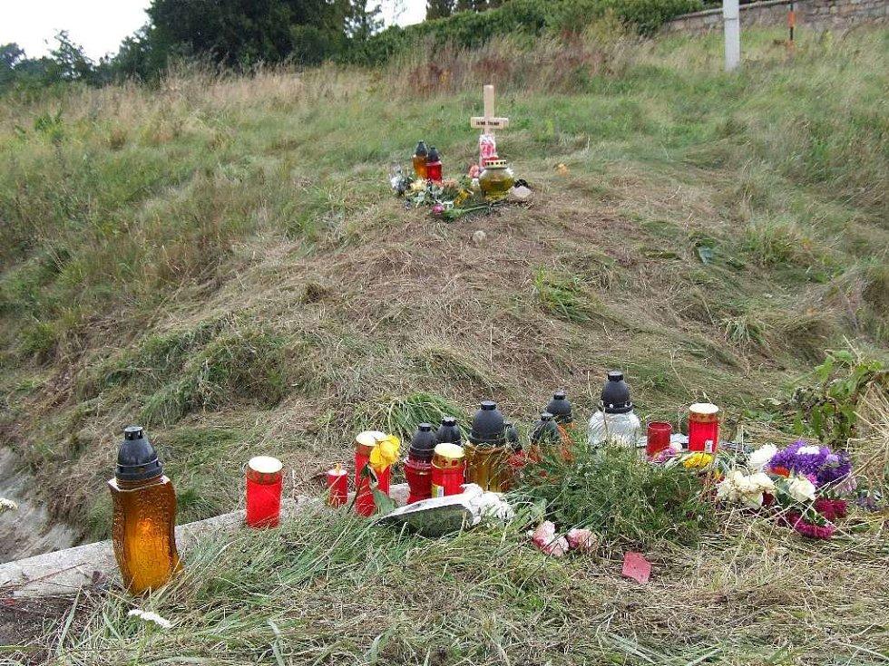 Místo tragické nehody připomínají zapálené svíčky