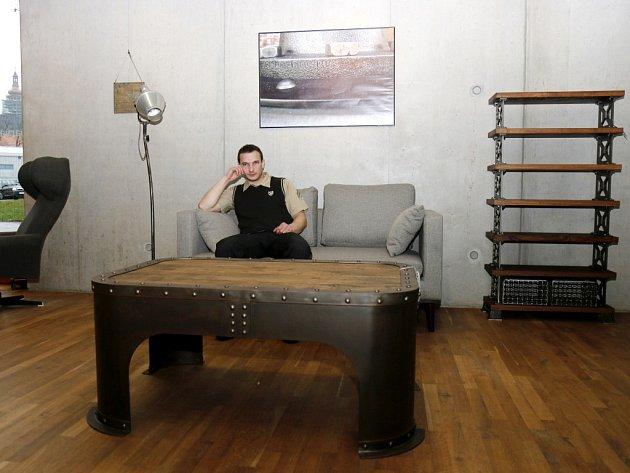 Neobvyklá výstava nábytku v galerii U Přívozu v budově Studijní a vědecké knihovny v Hradci Králové.