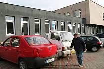 Parkování v okolí polikliniky na Slezském Předměstí v Hradci Králové.