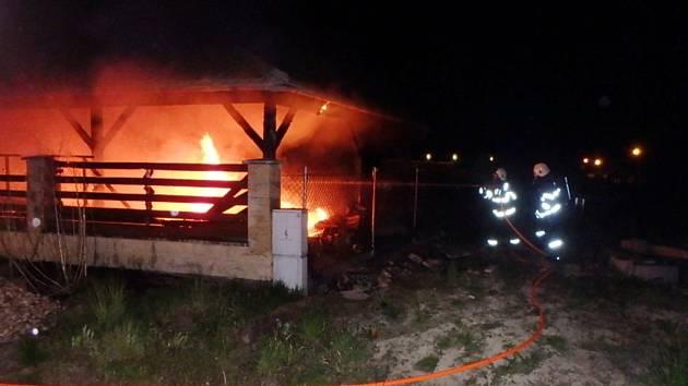 Požár osobních vozidel pod přístřeškem u rodinného domu v obci Kobylice.
