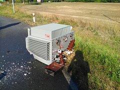 z korby nákladního auta vypadl téměř dvoutunový transformátor.