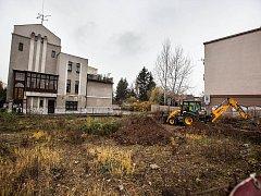 Staveniště u Aničky se pomalinku probouzí, ale konec stavby je ve hvězdách.