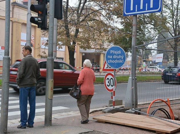 Vulicích Střelecká a Pilnáčkova vtěchto dnech pracují silničáři na opravě takzvaných zálivů uautobusových zastávek.