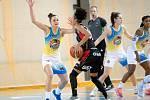 """Křídelní hráčka """"lvic"""" Pamela-Therese Effangová (v černém) se snaží obejít protihráčku z Piešťan."""