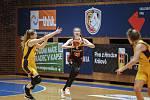 TALENT V AKCI. Patnáctiletá Lvice Dominika Paurová (s míčem) se v duelu se Slovankou takto chystala přihrávkou najít jednu ze svých královéhradeckých spoluhráček.