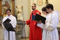Kaplí zněly gregoriánské chorály