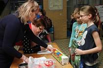 POTŘEBY NA KRESLENÍ i další věci nosili žáci před vyučováním na sběrné místo.