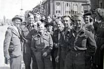 Fotograf Petr s vojáky v květnu 1945.