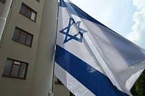 Vlající vlajka Izraele před hradeckou radnicí.