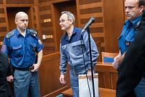 Skupina obžalovaných z úvěrového podvodu u Krajského soudu v Hradci Králové.