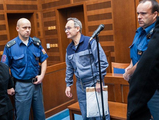 Skupina obžalovaných zúvěrového podvodu uKrajského soudu vHradci Králové.