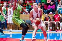 Basketbalistka Kristýna Minarovičová (vpravo) v akci.