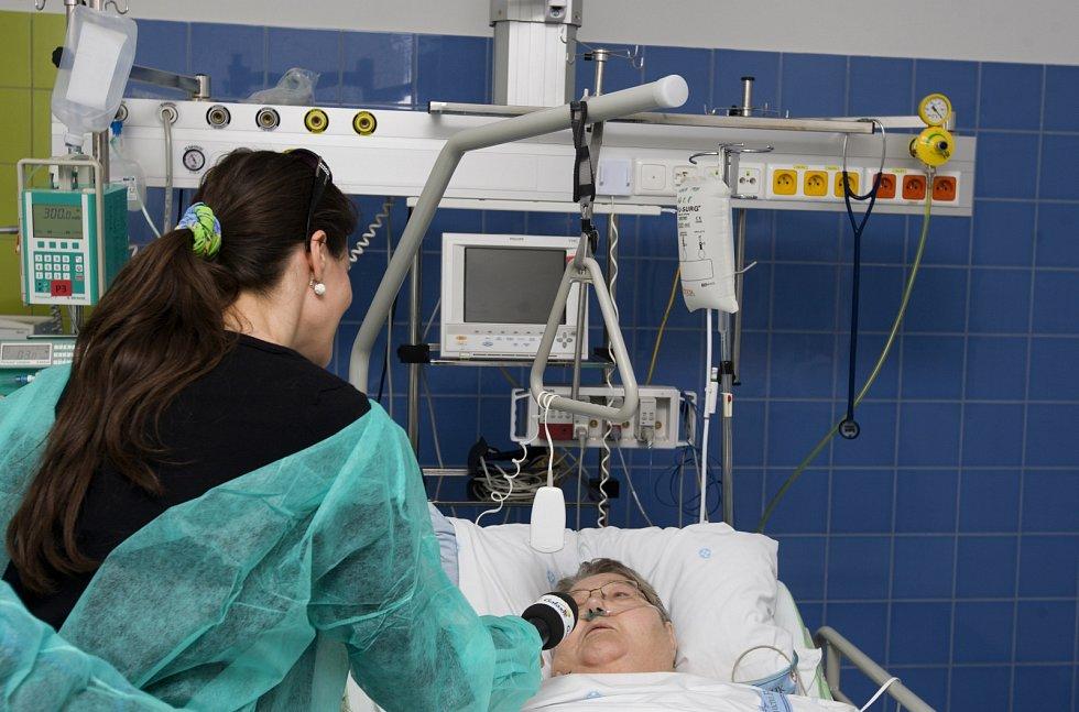 Pacientka po unikátní operaci srdce.