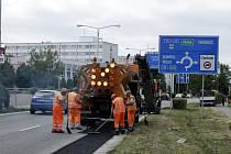 Asfaltování krajnic silničního Gočárova okruhu v Hradci Králové.