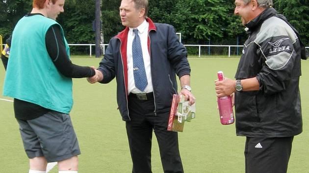 Fotbalový turnaj tříd na rozloučenou se školním rokem v podání hradecké SOŠ a SOU Vocelova.