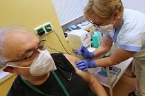 Do Ústecké Masarykovy nemocnice dorazily ve středu v poledne očkovací vakcíny proti Covid 19. Hned poté začalo očkování personálu a lékařů infekčního oddělení včetně primáře Dlouhého.