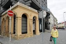 Kulisy v centru Hradce Králové pro natáčení filmu nazvaného Sarajevo.
