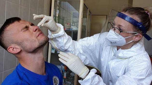 Hradecký útočník Erik Prekop si testy na koronavirus asi nezamiloval.