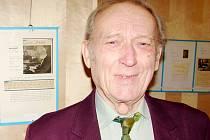 Jaroslav Míchal při výstavě autogramů.