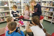 Děti se baví v Knihovně města Hradec Králové.