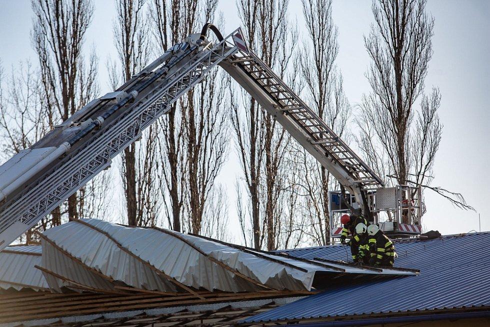 Takto se hasiči potýkali s následky větru v Hradci Králové.