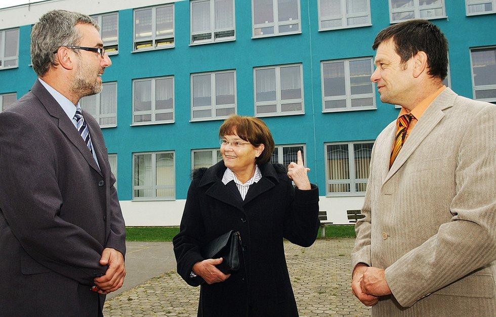 HANA ORGONÍKOVÁ se starostou Třebechovic Jiřím Němcem (vpravo) a ředitelem školy Romanem Drašnarem