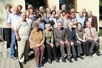 Prof. Cífka a Güttner mezi svými bývalými studenty.