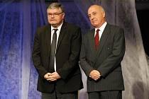 Ceny města Hradce Králové se rozdávaly 30. března v Kongresovém sálu v Aldisu. Cenu Primus Inter Pares odnesl ředitel Klicperova divadla Ladislav Zeman (vlevo) a prof. MUDr. Ivo Šteiner.