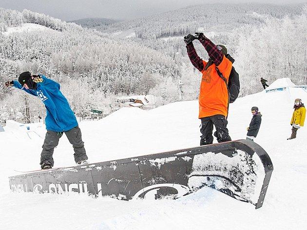 Snowboarding na horách.
