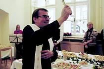 Novou jídelnu základní a mateřské školy Jana Pavla II. požehnal Tomáš Holub z královéhradeckého biskupství.