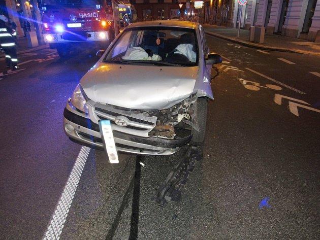 Dopravní nehoda dvou osobních automobilů v hradecké Mostecké ulici.