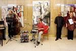 Své obrazy představil Milan Chabera před premiérou hry KRÁL JE PANNA v Klicperově divadle.