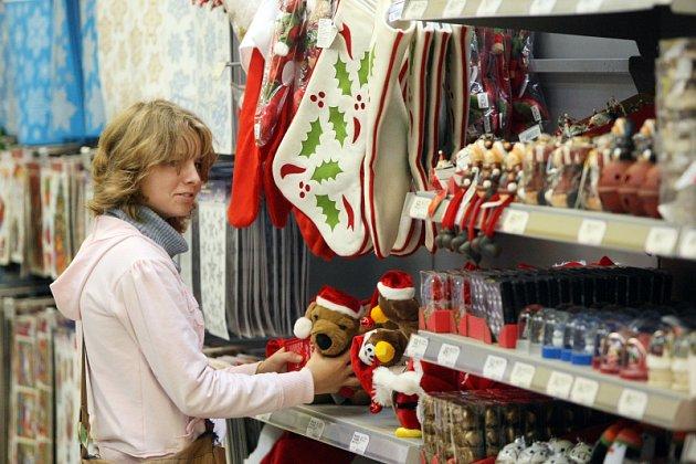 Druhá polovina října a v regály obchodů už zapnilo zboží s vánoční tématikou