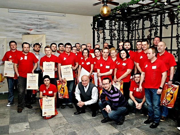 Účastníci prvního regionálního kola soutěže Gambrinus Mistr výčepní v hradecké Hospodě Pod Strání.