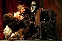 Předposlední premiéru sezony na hlavní scéně, hru KRÁL JE PANNA, uvedlo v sobotu 15. května 2010 Klicperovo divadlo.
