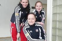 TROJLÍSTEK hradeckých pozemkářek, které se představily na halovém mistrovství Evropy v Nymburce. Nechyběla v něm ani teprve patnáctiletá brankářka Barbora Čecháková (vpravo).