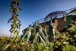 Předlistopadový pomník shlíží na Hradec u radarové základny v Ruseku.