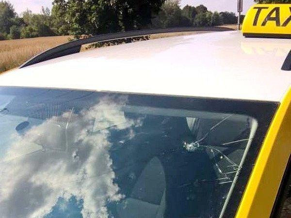 Poškozené vozidlo nové hradecké taxislužby.