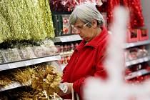 Střapce, řetězy a jiné vánoční ozdoby. Obchodní řetězce své zákazníky umí pěkně masírovat