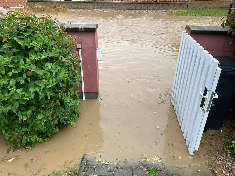 Voda z polí zaplavila Chudeřice.
