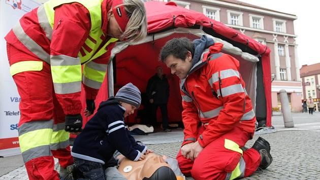 Evropský den záchrany života na Baťkově náměstí v Hradci Králové.
