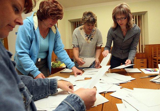 Eurovolby: Vysypávání volební urny ve Vysoké nad Labem a sčítání hlasů.